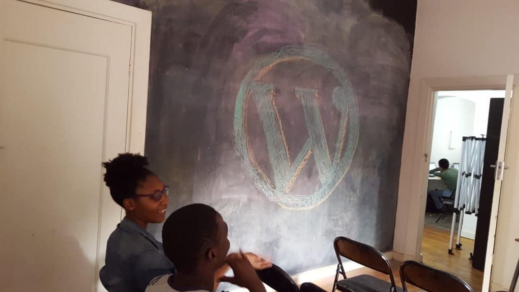 WordPress-Logo als Grafitti an einer Tafel-Wand